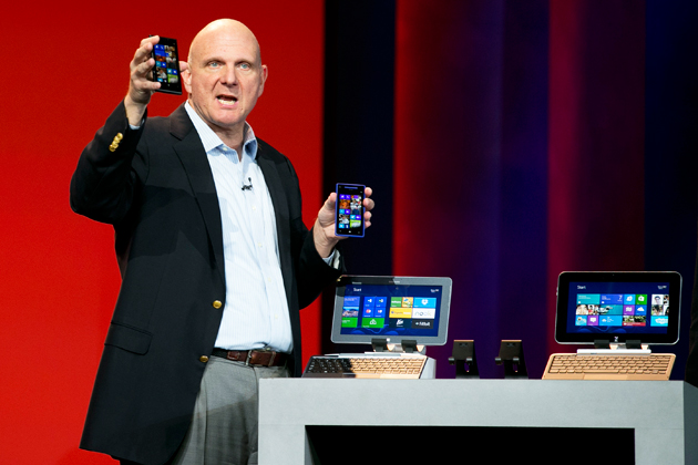 Steve Ballmer hablando sobre Windows Phone y Windows Surface, dos de sus productos más criticados.