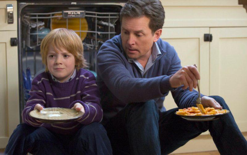 Michael J. Fox en su papel como Mike Henry, tomándose con mucho humor sus dificultades cotidianas por padecer la enfermedad de Parkinson.