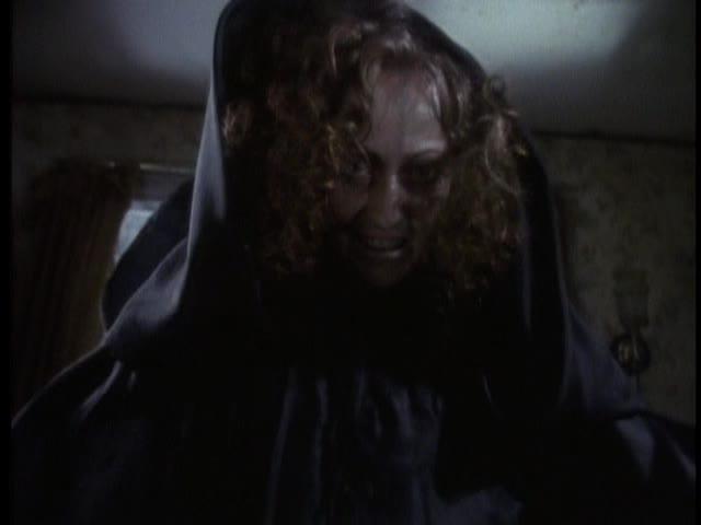 La mujer de negro en una de las escenas más memorables de la película