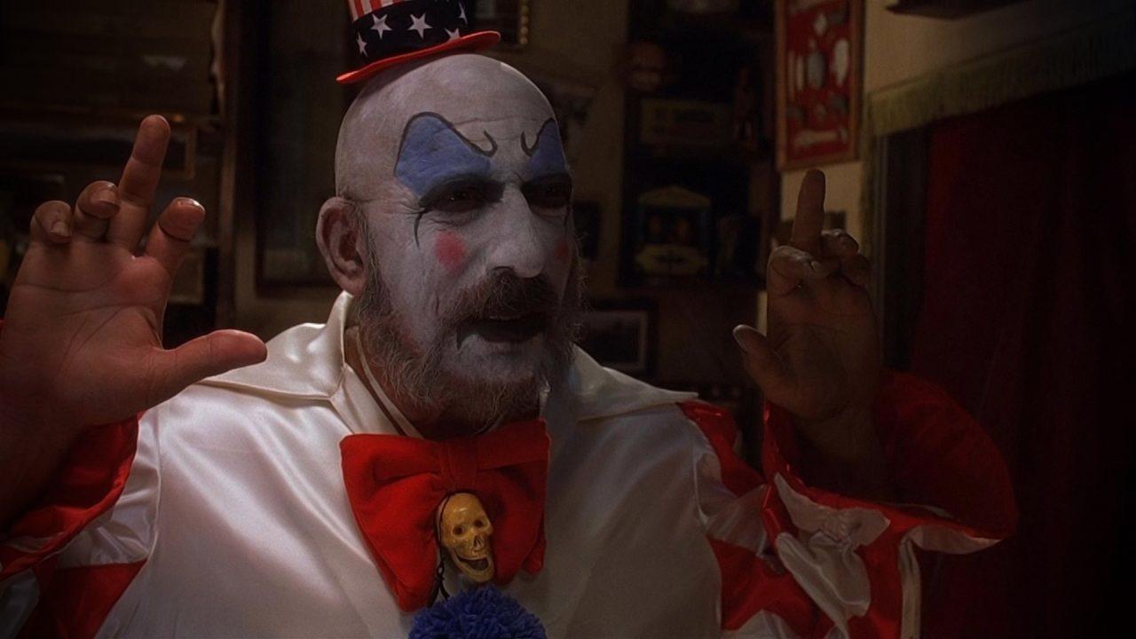 """El Capitán Spaulding (Sid Haig), todo un personaje que se ha convertido en un clásico de culto en el género y que volverá a aparecer en la segunda parte, """"The Devil's Rejects"""""""
