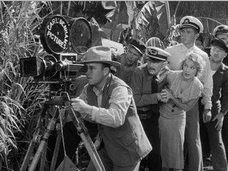 Carl filmando en Skull Island e interrumpiendo la celebración de los nativos