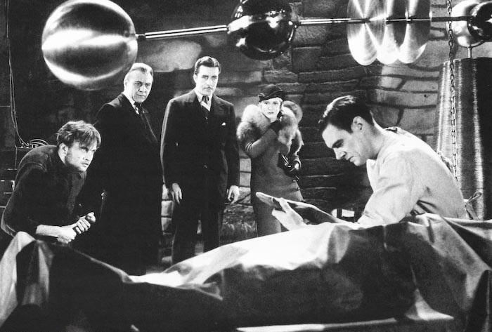El doctor Frankenstein a punto de enseñar su invento