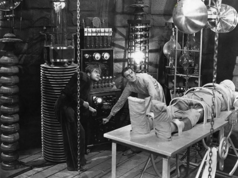 ¿Hay algo más clásico que un científico loco con un ayudante jorobado?