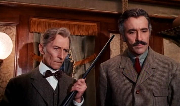 Peter Cushing y Christopher Lee en Horror Express (1972)