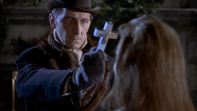 Van Helsing siempre lleva un crucifijo encima