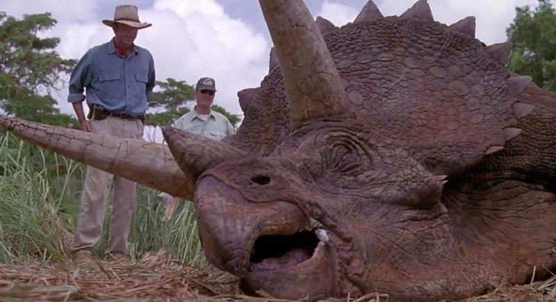 Alan Grant ante un Triceratops enfermo