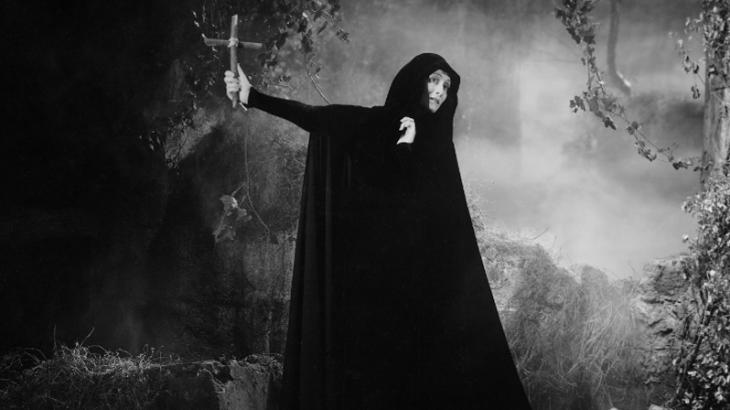 Zalesca haciendo el ritual para eliminar a Drácula de una vez por todas