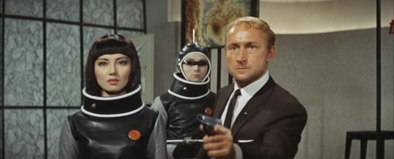 Glenn haciendo de James Bond