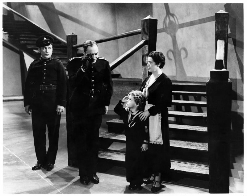 El inspector de policía avisa a los Frankenstein sobre la animosidad que despiertan en el pueblo