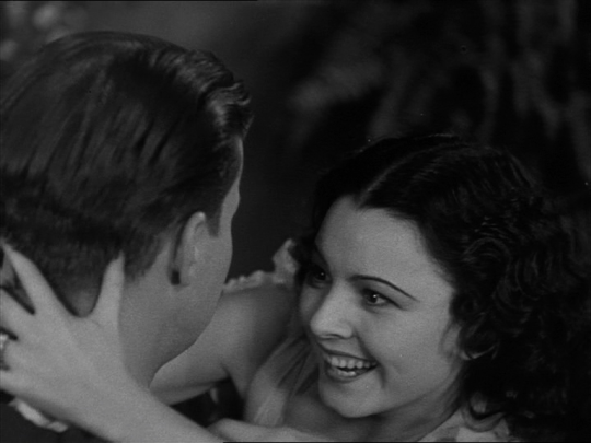 Lupita Tovar a punto de clavar sus dientes en Harker