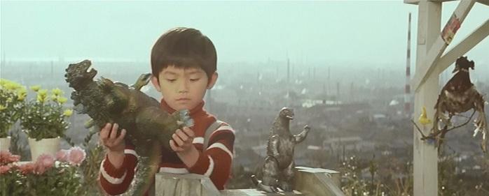 Ken jugando con merchadising de Godzilla