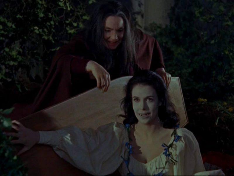 Greta ayudando a salir del ataúd a una de las vampiresas