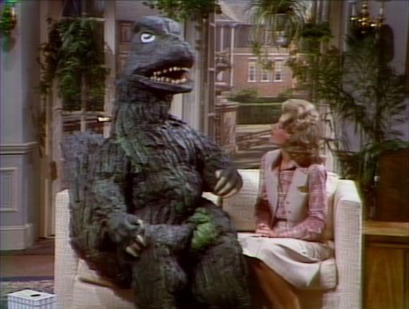 John Belushi disfrazado de Godzilla para presentar Godzilla VS Megalon en la televisión